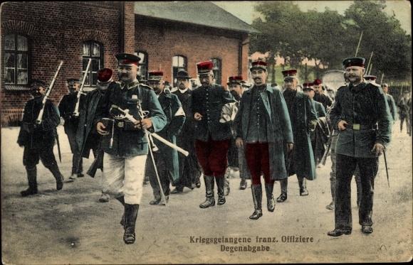 Ak Kriegsgefangene französische Offiziere, Degenabgabe