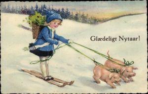 Ak Glückwunsch Neujahr, Schweine ziehen Kind auf Skiern