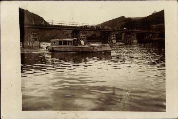 Foto Ak Deutsche Soldaten in Uniformen im Boot auf dem Rhein?, Brücke