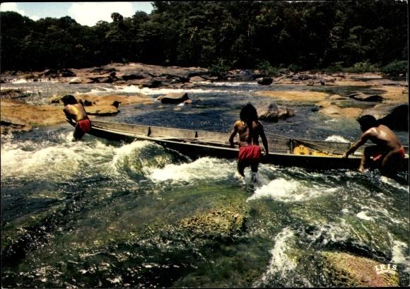 Ak Französisch Guayana Guyane Francaise, Pirogue de pêche dans les rapides