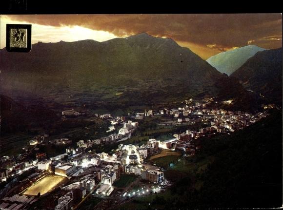 Ak Les Escaldes-Engordany Andorra, vue générale d'en haut, paysage montagneux, soirée, illumination