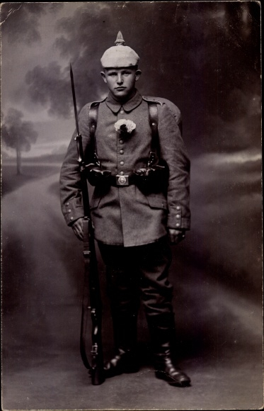 Foto Ak Deutscher Soldat in Uniform, Bajonett, Gewehr, Pickelhaube