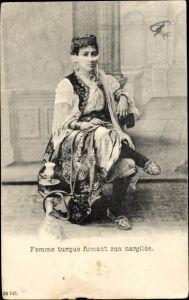 Ak Femme turque fumant son nargilée, Portrait