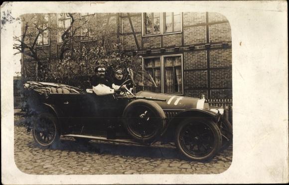 Foto Ak Automobil, Fahrer in Fahrerbrille, Soldaten?