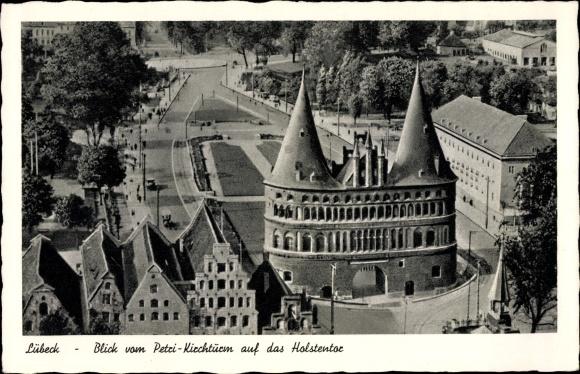 Ak Lübeck in Schleswig Holstein, Blick von der Petri Kirche auf das Holstentor 0