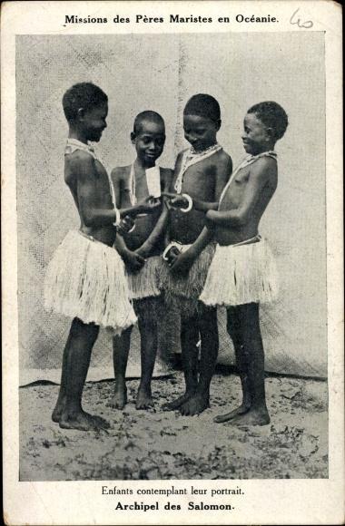 Ak Salomon Inseln, enfants contemplant leur portrait 0