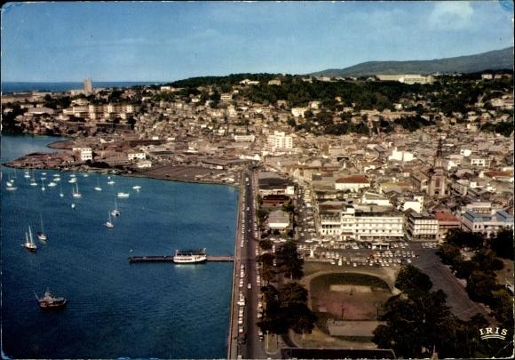Ak Fort de France Martinique, Vue aérienne de la ville, port, voiliers