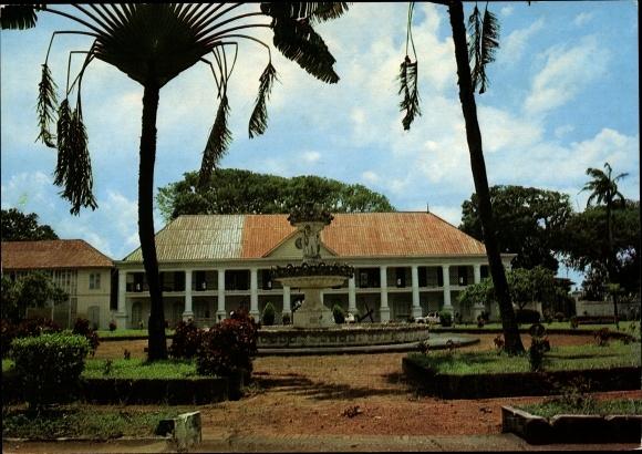 Ak Cayenne Guyane Francaise Französisch Guayana, Ancienne préfecture, vue extérieure, fontaine