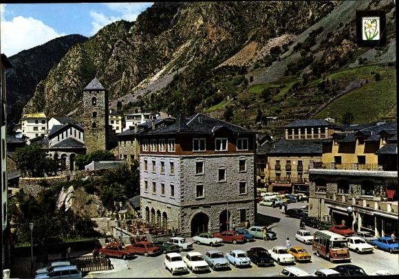 Ak Andorra la Vella Andorra, Place de l'Eglise, vue d'en haut, voitures garées, clocher, blason