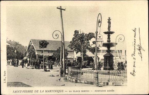 Ak Saint Pierre Martinique, La Place Bertin, Fontaine Agnès 0