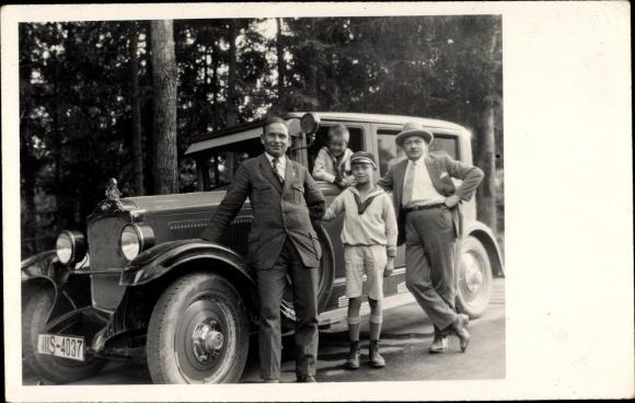 Foto Ak Familie vor ihrem Automobil, Kennzeichen IIIS-4037