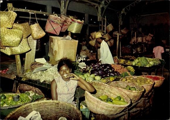 Ak St. Denis Île de la Réunion, vue partielle du Marché, jeune femme, paniers, légumes, fruits