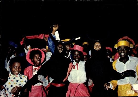 Ak Cayenne Guyane Francaise Französisch Guayana, Scène de carnaval, jeunes gens déguissées