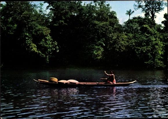 Ak Guyane Francaise Französisch Guayana, Femme Bosch en canot sur le fleuve Maroni, arbres