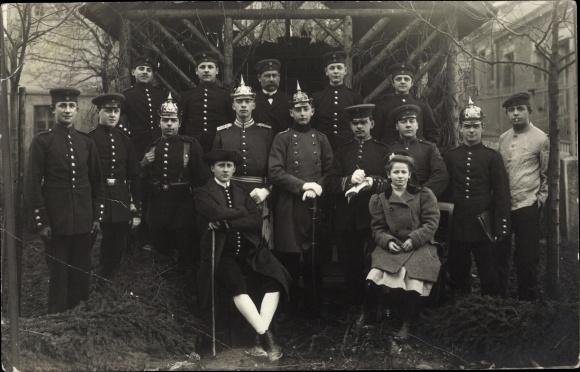 Foto Ak Deutsche Soldaten in Uniformen, Gruppenportrait, Schwabe in Tracht