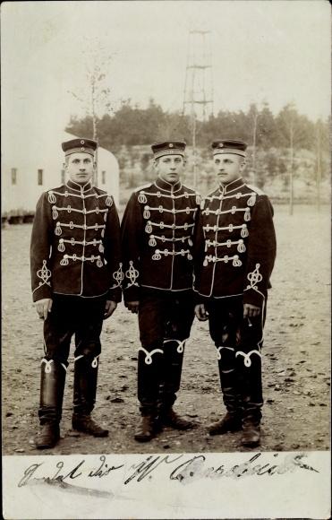 Foto Ak Drei Deutsche Soldaten in Uniformen, Standportrait, Husaren