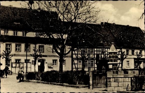 Ak Uebigau Wahrenbrück Brandenburg, Rathaus mit Stadtwappen Brunnen