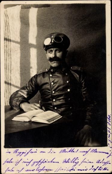 Foto Ak Mann in Uniform, Schutzbrille, Schirmmütze, Schulterklappe, Zigarre