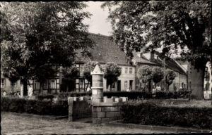Ak Uebigau Uebigau Wahrenbrück Brandenburg, Stadtwappenbrunnen am Marktplatz