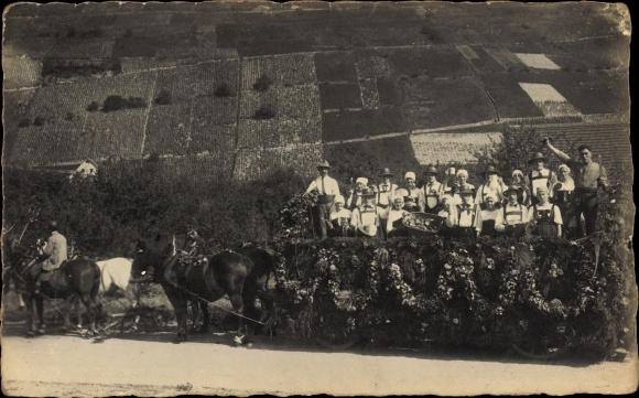 Foto Ak Weinlese, Beschmückter Winzerwagen, Weinfelder