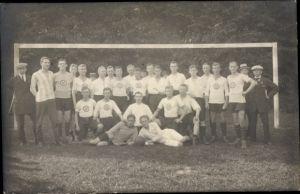 Foto Ak Jever in Friesland, Gruppenbild, Fußballmannschaft in Trikots