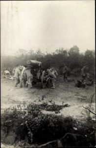 Foto Ak Deutsche Soldaten in Uniformen am Geschütz, I. WK