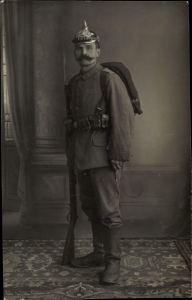 Foto Ak Deutscher Soldat in Uniform, Ausrüstung, Pickelhaube, Gewehr