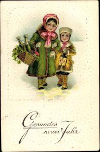 Litho Glückwunsch Neujahr, Junge, Mädchen, Korb mit Sektflaschen, Kleeblätter, Fliegenpilze
