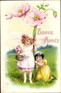 Präge Ak Bonne Année, Glückwunsch Neujahr, Mädchen, Blumen