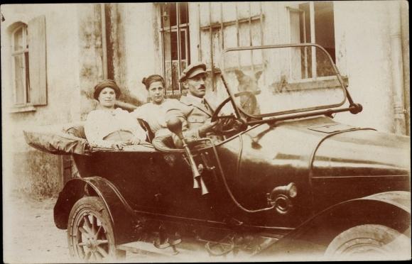 Foto Ak Automobil, Fahrer, Zwei Frauen, Hund