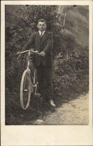 Foto Ak Mann im Anzug mit einem Fahrrad