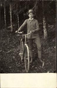 Foto Ak Mann mit einem Fahrrad, Hut