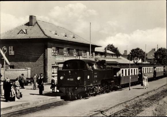 Ak Ostseebad Kühlungsborn, Molly auf dem Bahnhof, Gleisseite, Lok 99 323