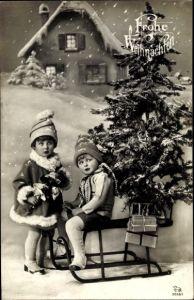Ak Frohe Weihnachten, Tannenbaum, Schlitten, Geschenke, Kinder