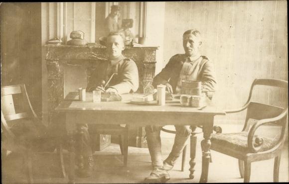 Foto Ak Zwei Soldaten an einem Esstisch, Kamin