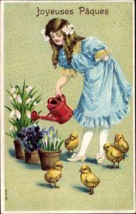 Präge Ak Glückwunsch Ostern, Mädchen gießt Blumen, Küken, Schneeglöckchen, Krokus, Veilchen