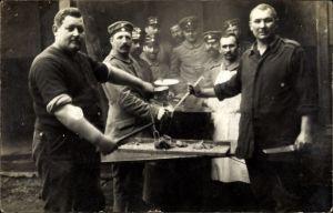 Foto Ak Deutsche Soldaten beim Essen fassen, Kochtopf, Fleisch