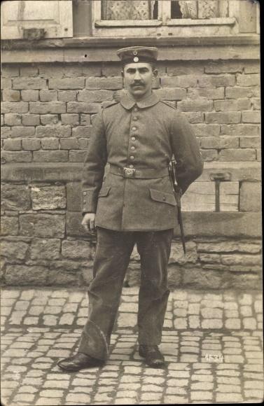 Foto Ak Deutscher Soldat in Uniform, Standportrait, Bajonett