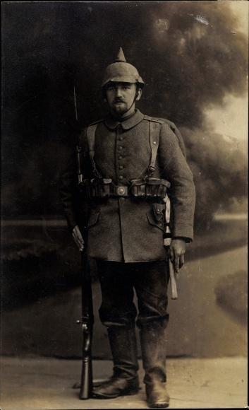 Foto Ak Deutscher Soldat in Uniform, Standportrait, Gewehr mit Bajonett, Pickelhaube
