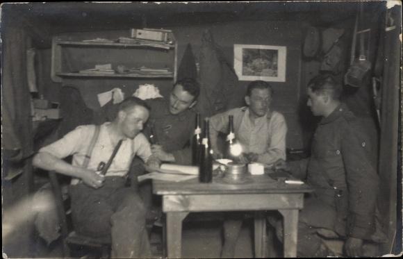 Foto Ak Deutsche Soldaten an einem Tisch, Portrait, I. WK