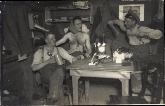 Foto Ak Drei deutsche Soldaten an einem Tisch, I. WK