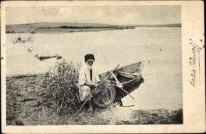Ak Russland, Russischer Fischer mit Reuse, Fischer, Ruderboot
