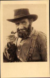 Foto Ak Portrait von einem Mann mit Pfeife, Hut, Hosenträger