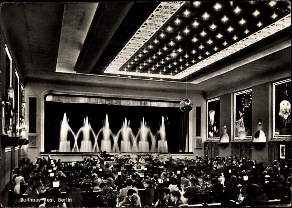 Ak Berlin Kreuzberg, Hasenheide 32-38, Ballhaus Resi, Innenansicht, Wasserspiel, Gäste zu Tisch