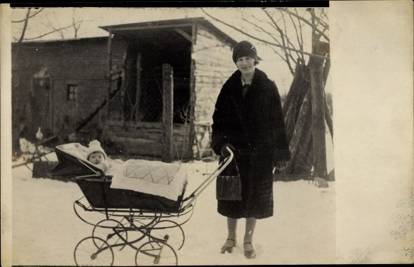 Foto Ak Mutter m. Baby in Kinderwagen, Spaziergang im Winter, Schneelandschaft