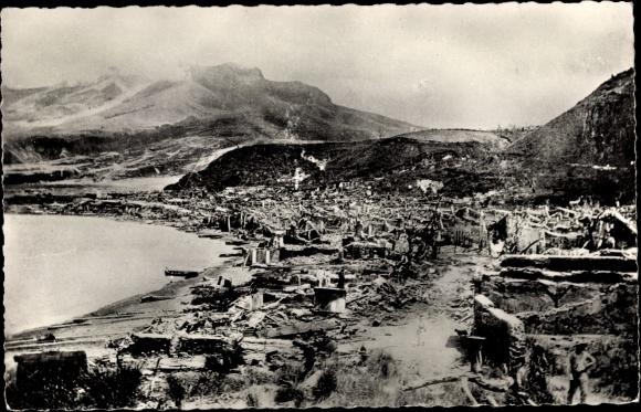 Ak St. Pierre Martinique, Ruinen nach Vulkanausbruch 1902, Gesamtansicht