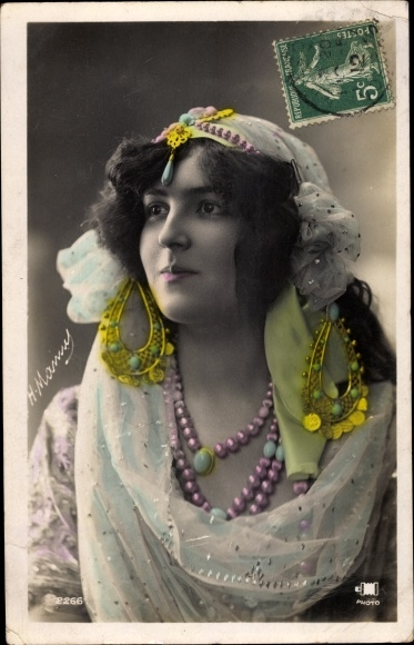 Ak Junge Frau in Kostüm, Schmuck, Halsketten