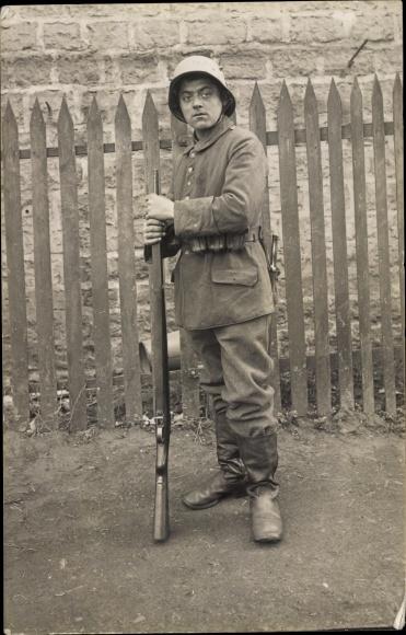 Foto Ak Deutscher Soldat in Uniform, Gewehr
