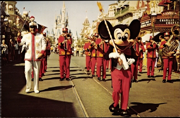 Ak Micky Maus, Dirigent, Zepter, Disneyland, Parade, Trompeten, Tuba, Dornröschenschloss