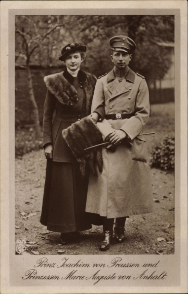 Ak Prinz Joachim von Preußen, Prinzessin Marie Auguste von Anhalt, Portrait, Uniform, Pelz